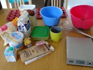 Ingrédients pour financiers au Kinder : chocolat, poudre d'amande, kinder, farine, crème, blancs d'oeufs