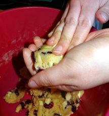 Formation de boule de pâte à cookies aux pépites de chocolat blanc et aux cranberries