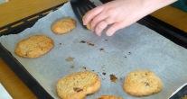Cookie beurre de cacahuete cuit sur spatule