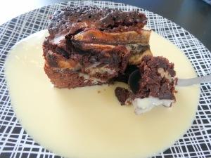Part de brownie chocolat banane creme anglaise cuillère