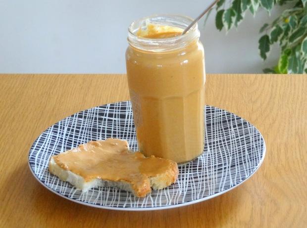 Beurre de cacahuète maison assiette et tartine et plante
