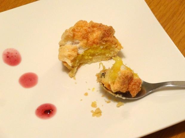 Tarte au citron meringué mini avec la cuillère