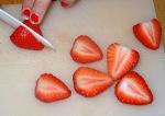 Tarte aux fraises et basilic découpe des fraises