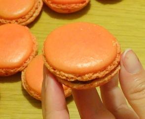 Macaron cerise et chocolat blanc cerise