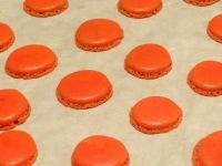 Macaron cerise et chocolat blanc coques rouges cuites
